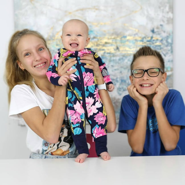 Aria Kurzawa (Center) with her siblings as seen in October 2019