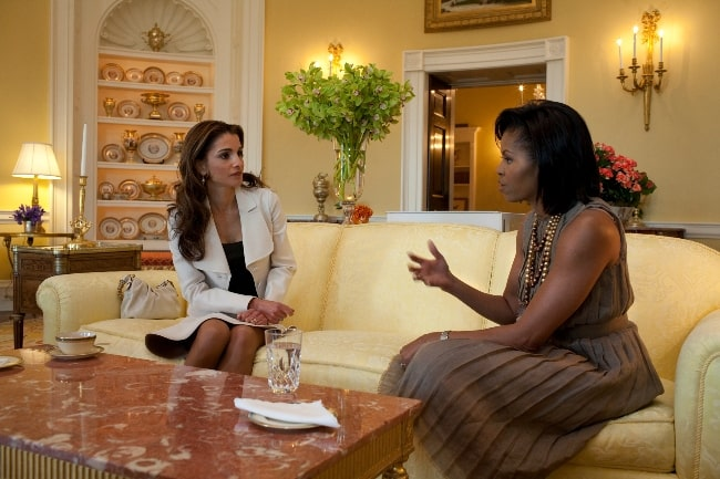 Queen Rania of Jordan (Left) hosted by First Lady Michelle Obama in the Yellow Oval Room in the White House Residence in April 2009