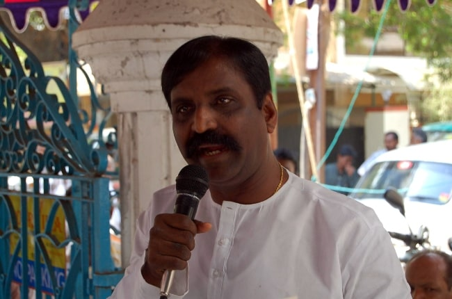 Vairamuthu at alaigal book shop as seen in 2007
