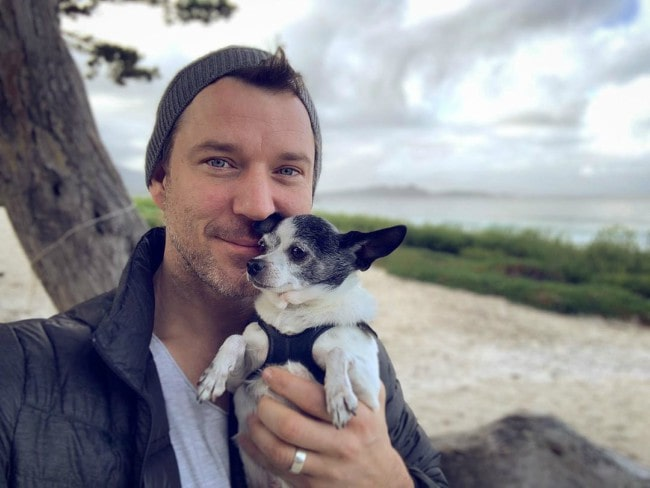 Wil Traval with his dog as seen in December 2019