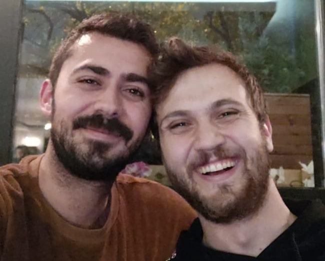 Aras Bulut İynemli (Right) as seen while smiling in a selfie alongside Cem Yücebağ in November 2018