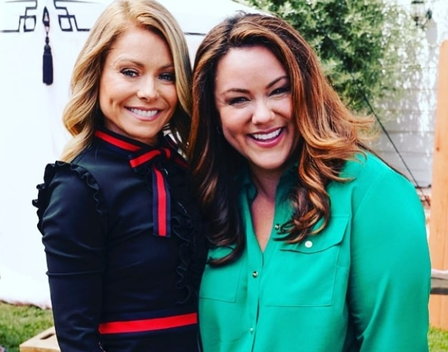 Katy Mixon (Right) as seen while smiling in a picture alongside Kelly Ripa