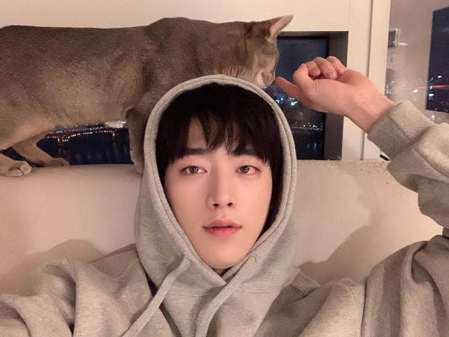 Seo Kang-joon as seen while pointing towards the cat in a selfie in December 2019