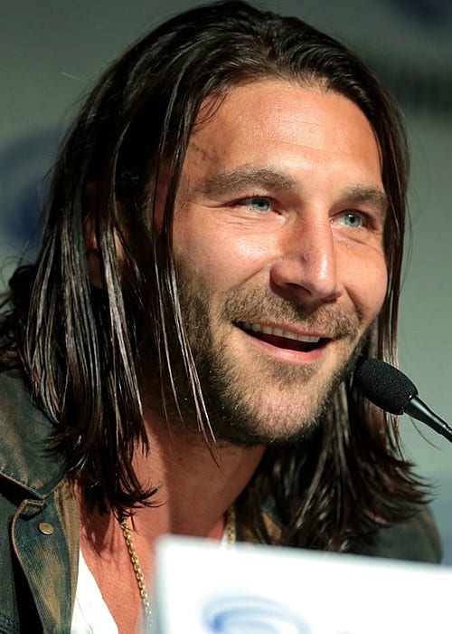 Zach McGowan speaking at the 2018 WonderCon