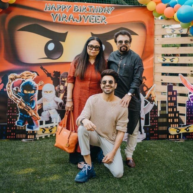 Aparshakti Khurana posing with his parents in January 2020