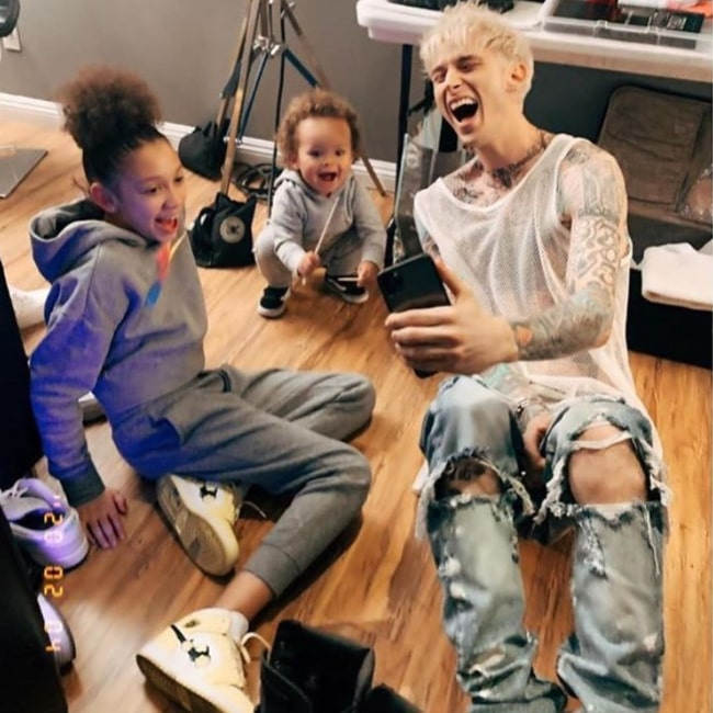 Casie Colson Baker as seen in a picture taken with her cousin Ashton Patterson and her father Machine Gun Kelly in February 2020