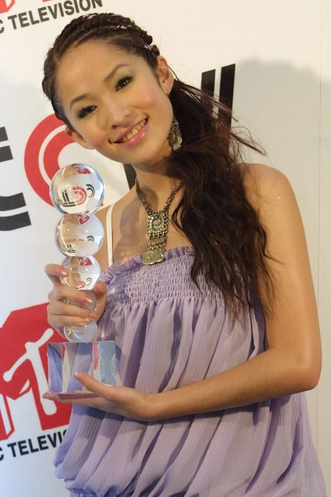 Elva Hsiao posing for the camera at CCTV-MTV Music Awards in Beijing in July 2002