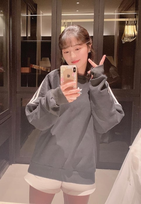 Kim Hye-yoon as seen while taking a mirror selfie in July 2019