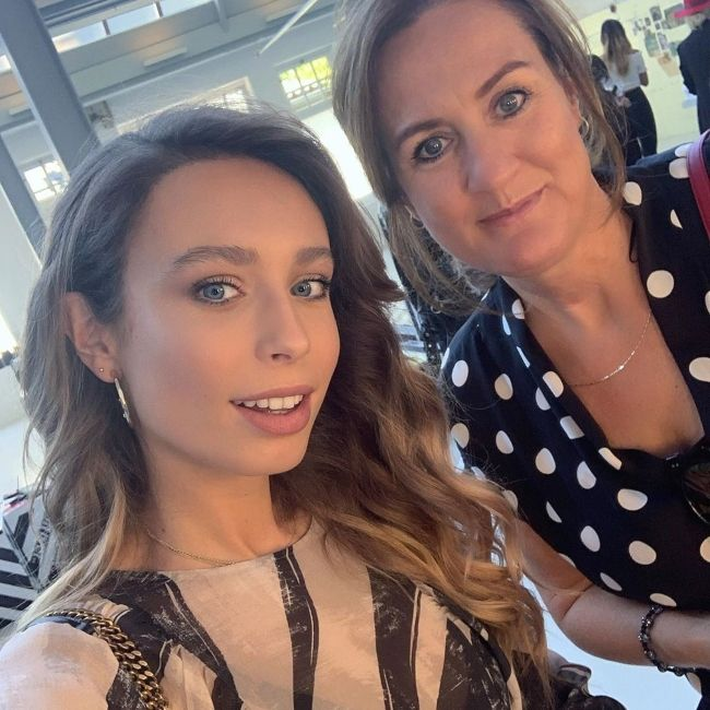 Loiza taking a selfie with her mother Mirjam Lamers in January 2020