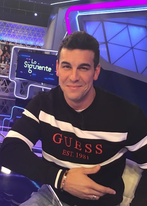 Mario Casas as seen while smiling for the camera at the TVE show 'Lo siguiente' in 2018