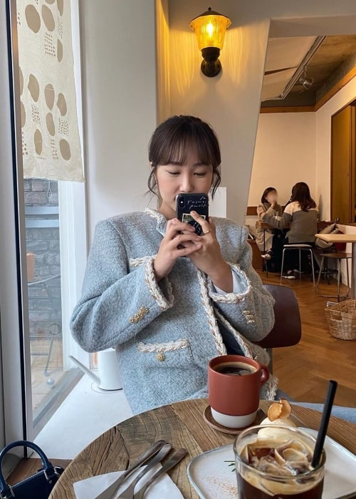 Park Min-ji as seen in a picture taken while enjoying a cup of coffee in January 2020