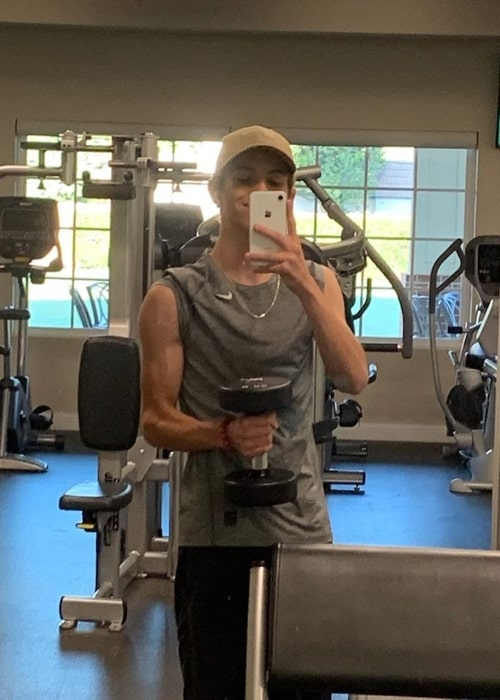Taite Hoover taking a mirror selfie while working out in September 2019