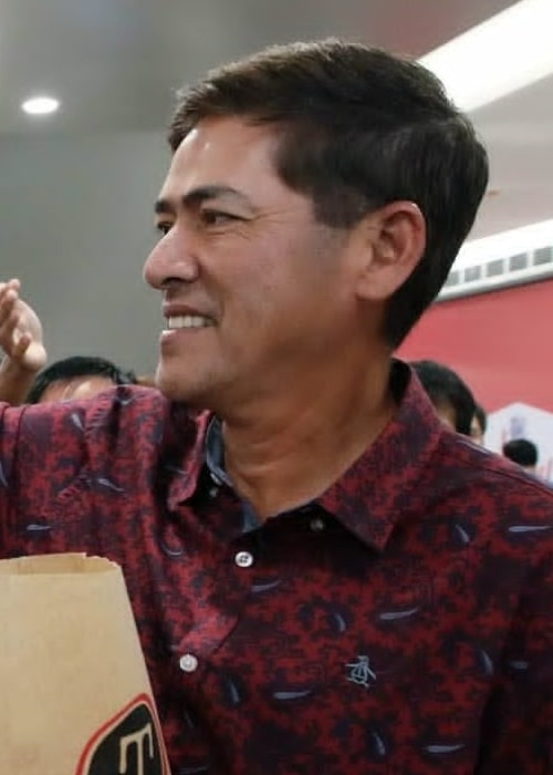 Vic Sotto as seen in a picture taken while he was giving out free shawarma during the grand opening of Turks Shawarma at the second floor of SM Cherry Antipolo City on Sunday, July 23, 2017