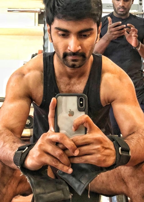 Atharvaa taking a mirror selfie while working out in February 2018