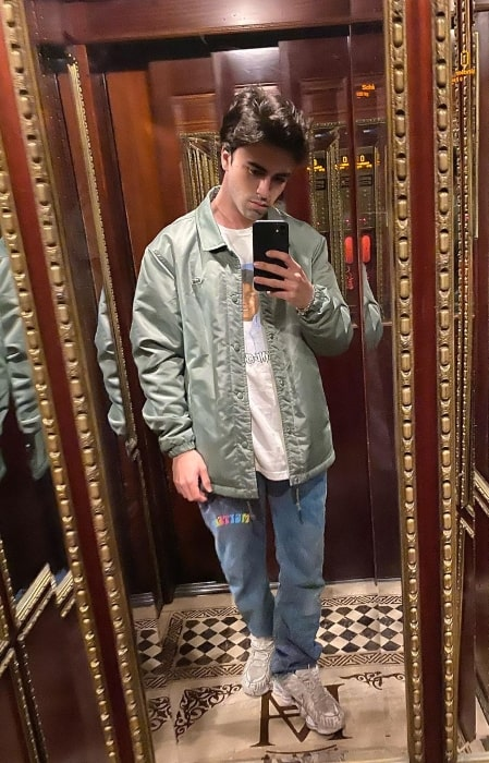 Itzan Escamilla as seen while taking a mirror selfie in March 2020