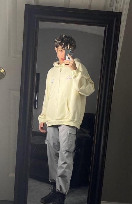 Ivan Del Aguila clicking a mirror selfie in April 2020