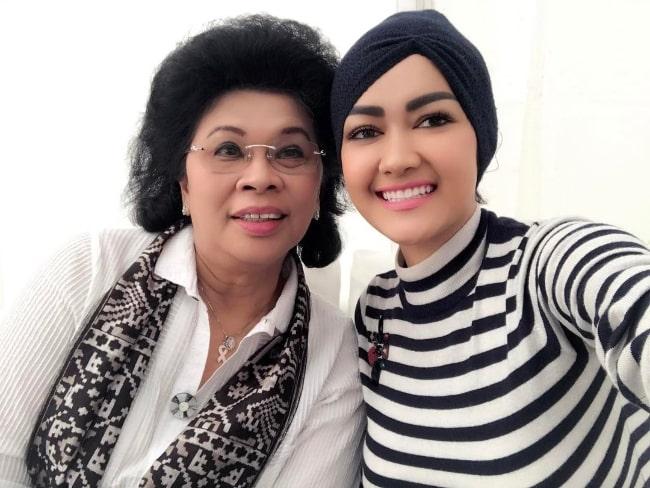 Julia Perez taking a selfie alongside Linda Amalia Sari in February 2017