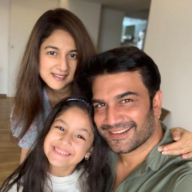 Sharad Kelkar along with his family in March 2020