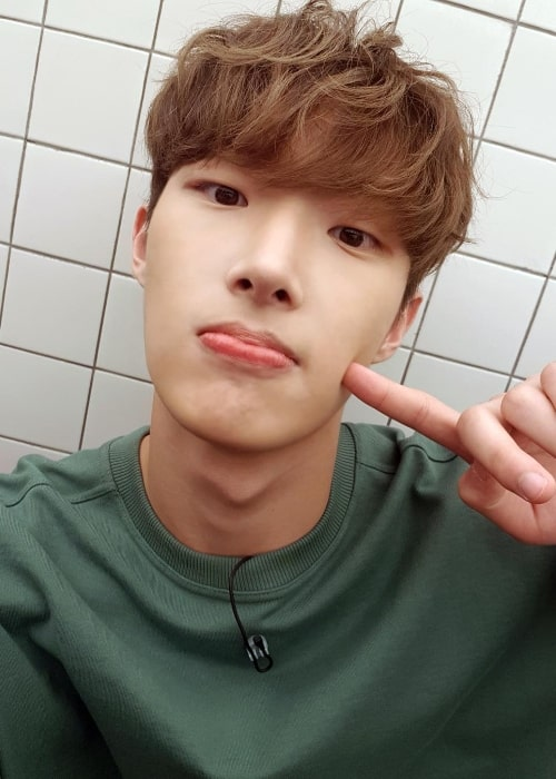 Song Min-gi posing for a selfie in August 2018