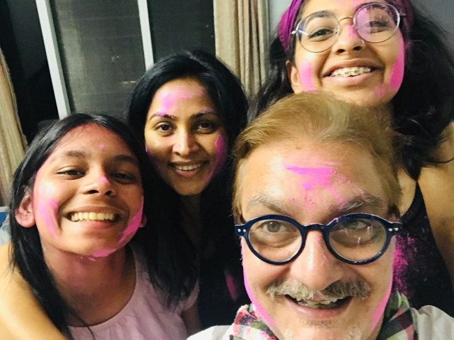 Vinay Pathak with his family celebrating Holi in 2020