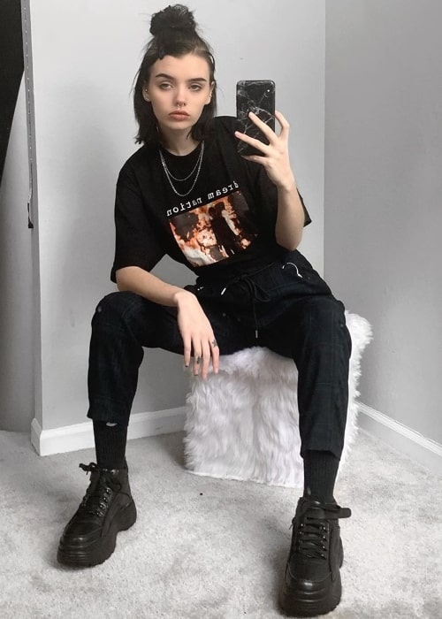 Xowie Jones as seen while clicking a mirror selfie in March 2020