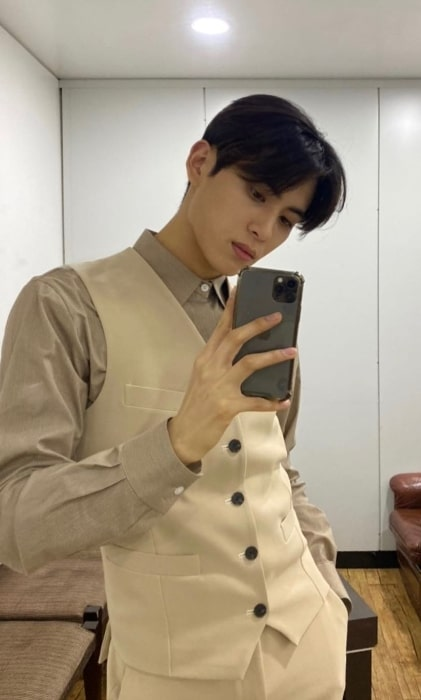 Yoo Tae-yang as seen while taking a mirror selfie in January 2020