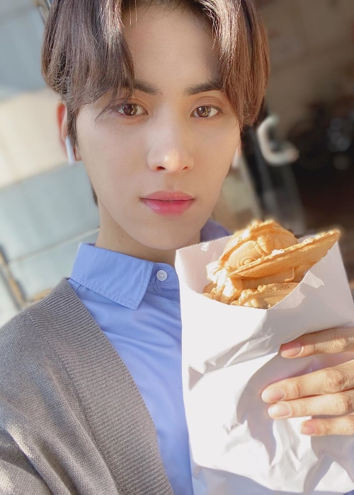 Yoo Tae-yang clicking a selfie with his food in December 2019