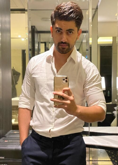 Zain Imam in a candid mirror selfie in 2019