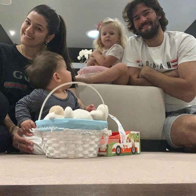Alisson Becker enjoying being with his family in April 2020