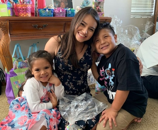 Ariel Gade (Center) smiling in a picture alongside her family