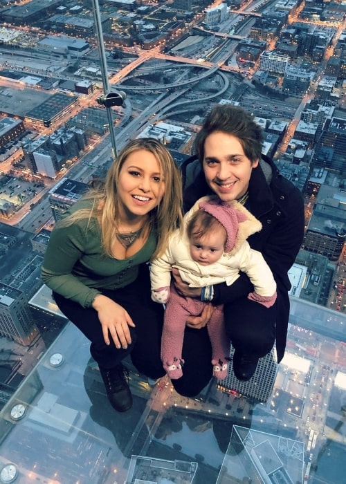 Geoff Wigington as seen in a picture taken with his beau Chloe Kristensen and their daughter Farore at the Skydeck Chicago in February 2019
