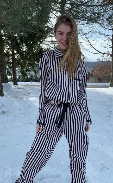 Lyliana Wray posing for a picture while enjoying the snow in December 2019