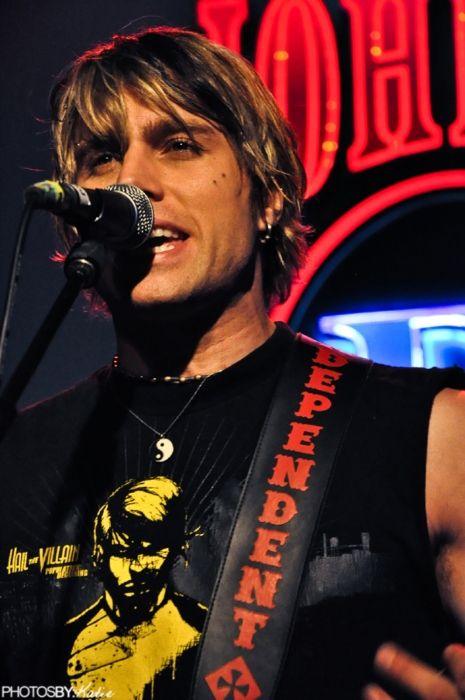 Matt Walst performing with My Darkest Days in 2009