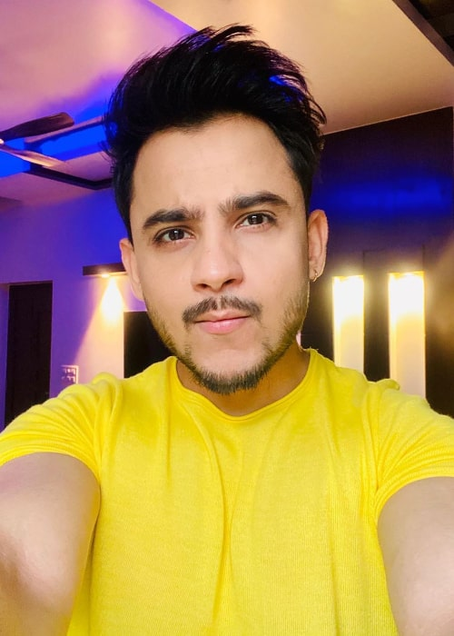 Millind Gaba clicking a selfie in May 2020