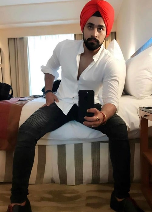 Pearl V Puri clicking a mirror selfie in April 2020