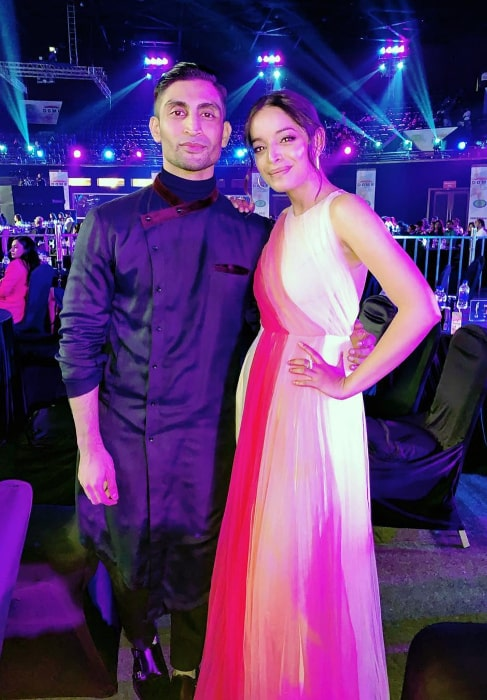 Qaran as seen while posing for a picture alongside Lisa Mishra at the Mirchi Music Awards in February 2019