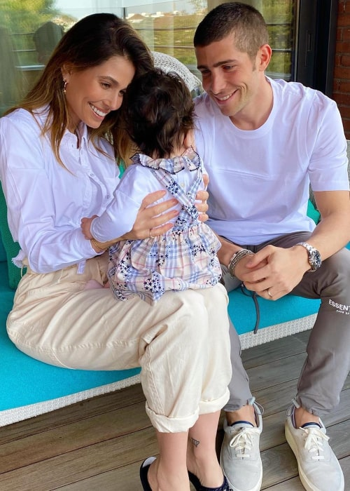 Sergi Roberto and Coral Simanovich, with their daughter, as seen in April 2020