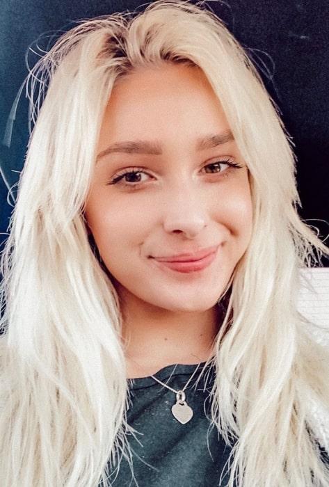 Sarah Reasons in September 2019 sharing her candid selfie taken in the car