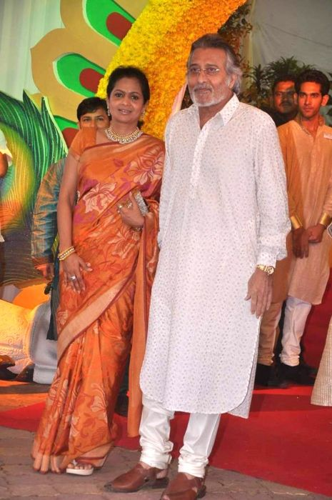 Vinod Khanna and wife Kavita seen attending Esha Deol's wedding in 2012