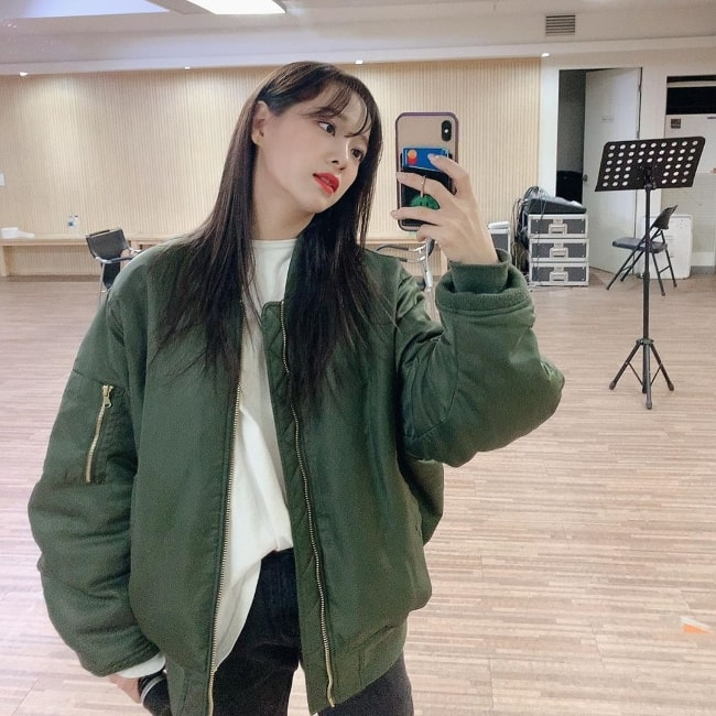 Kim Se-jeong as seen while clicking a mirror selfie in March 2020