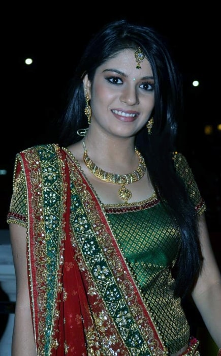 Pooja Gor smiling for a picture at Star Parivaar Awards promo shoot in February 2011