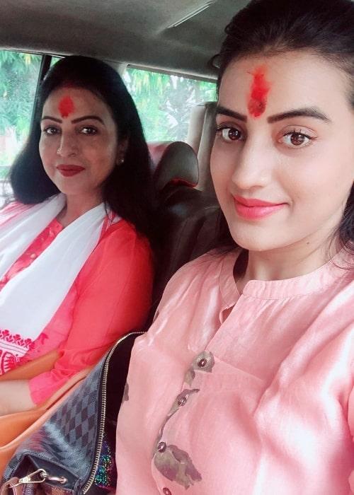 Akshara Singh smiling in a selfie alongside her mother in May 2020