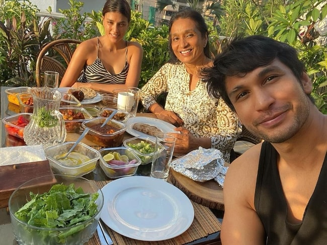 Arjun Kanungo as seen while clicking a selfie along with his mother and Carla Dennis in May 2020