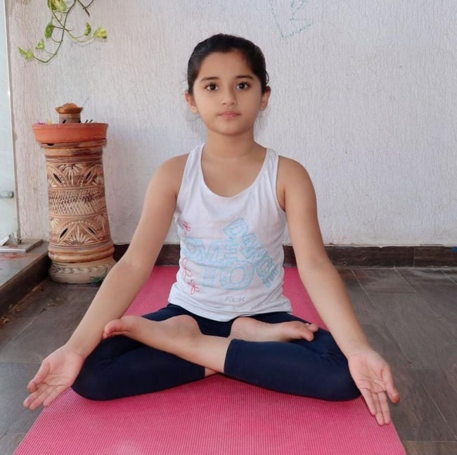 Aurra Bhatnagar posing for a picture while doing yoga in Mumbai, Maharashtra in June 2020