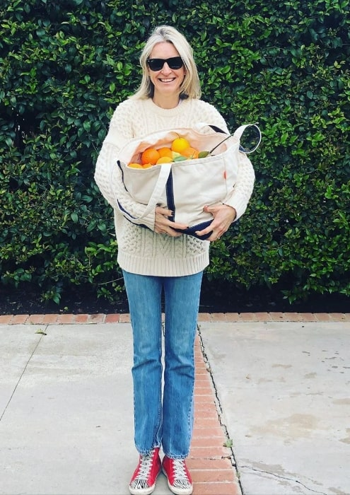 Ever Carradine posing for a picture with a bag full of oranges in March 2020