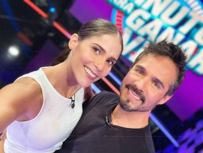 José Ron as seen while smiling in a selfie alongside Eva Cedeño