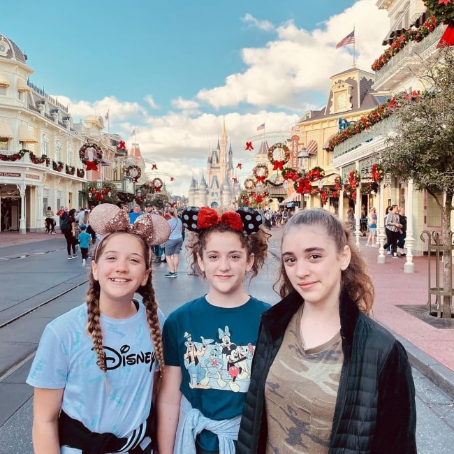 Julia CraftyGirls in a picture with her sisters Annelise (right) and Rachel (left) in Disney Land in January 2020