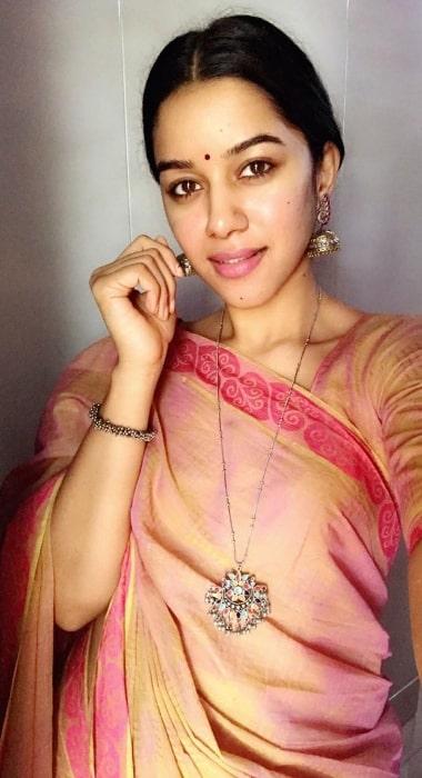Mirnalini Ravi taking a saree selfie in January 2020