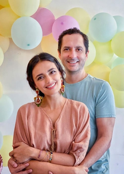 Roshni Chopra smiling for a picture alongside husband Siddharth Anand Kumar in August 2020