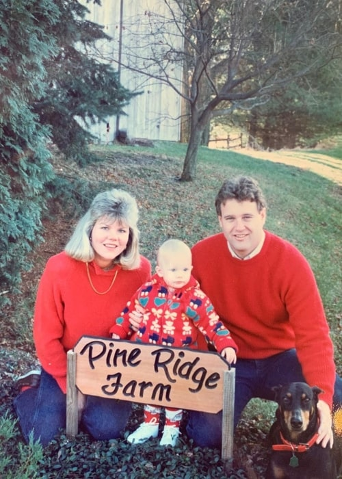 Andrea Swift and her husband Scott Swift with their daughter Taylor Swift and their dog at the Pine Ridge Farm back in the '90s